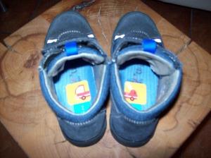 Schuhe mit Feuerwehrsticker